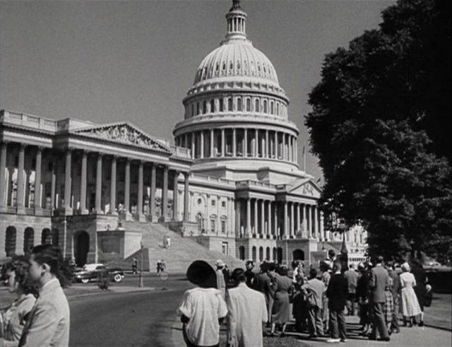 Blick auf das Kongressgebäude am Capitol Hill in Washington, mehrere Menschen im Vordergrund.