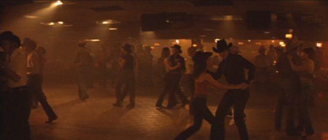 Blick auf die in rotes Licht getauchte Tanzfläche.