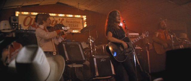 """Eine Band spielt im """"Gilley's""""."""