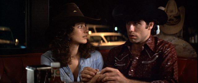 Nahaufnahme von Sissy und Bud in einem Diner bei Dunkelheit.