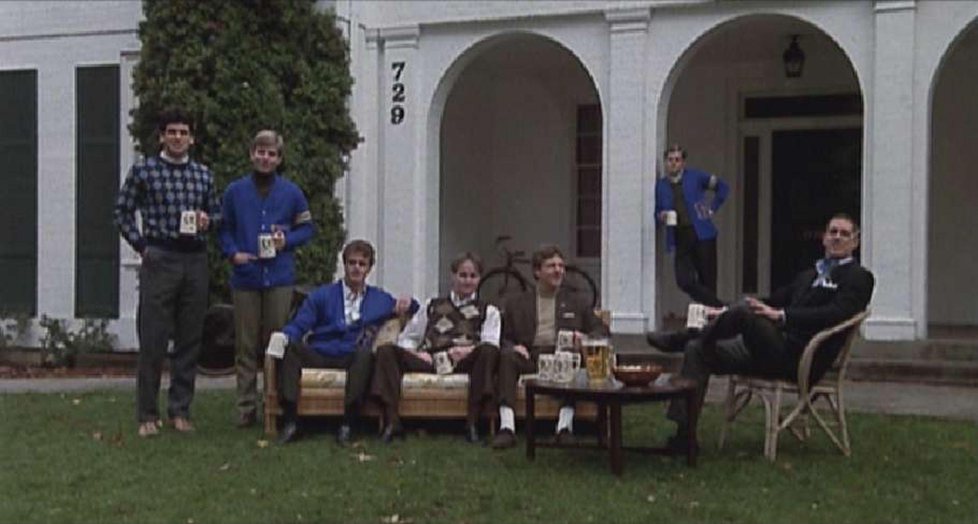 Sieben Mitglieder einer elitären Verbindung vor ihrem Haus.