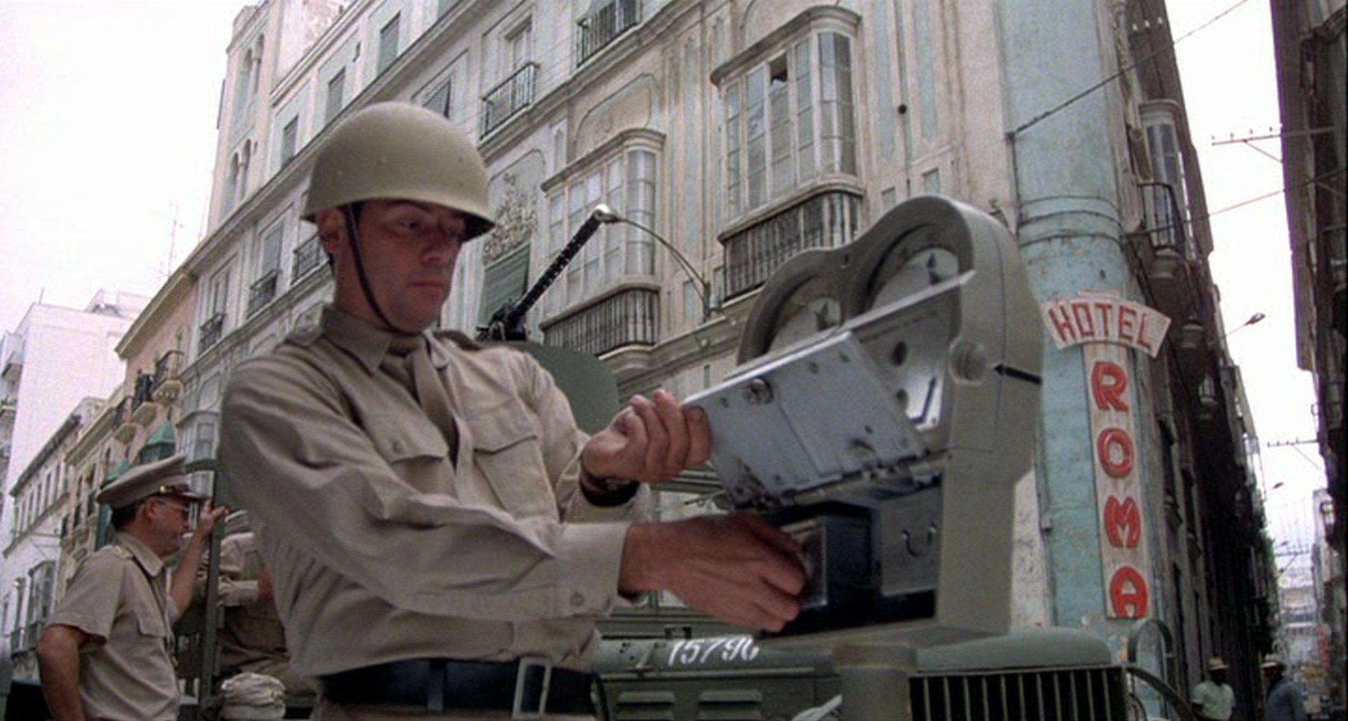 Nahaufnahme eines Soldaten in einer großstädtischen Straße.