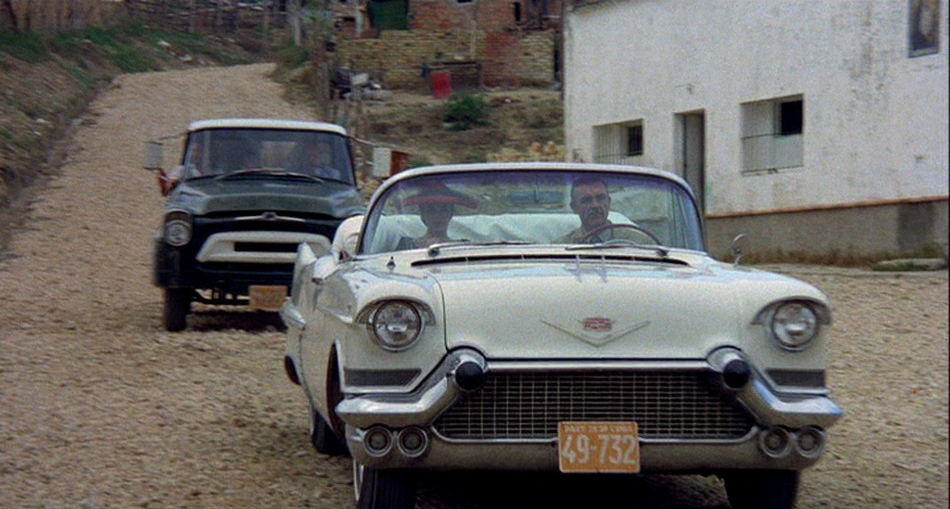 Frontalaufnahme einer Limousine, in der Dapes und Alexandra Lopez de Pulido sitzen.