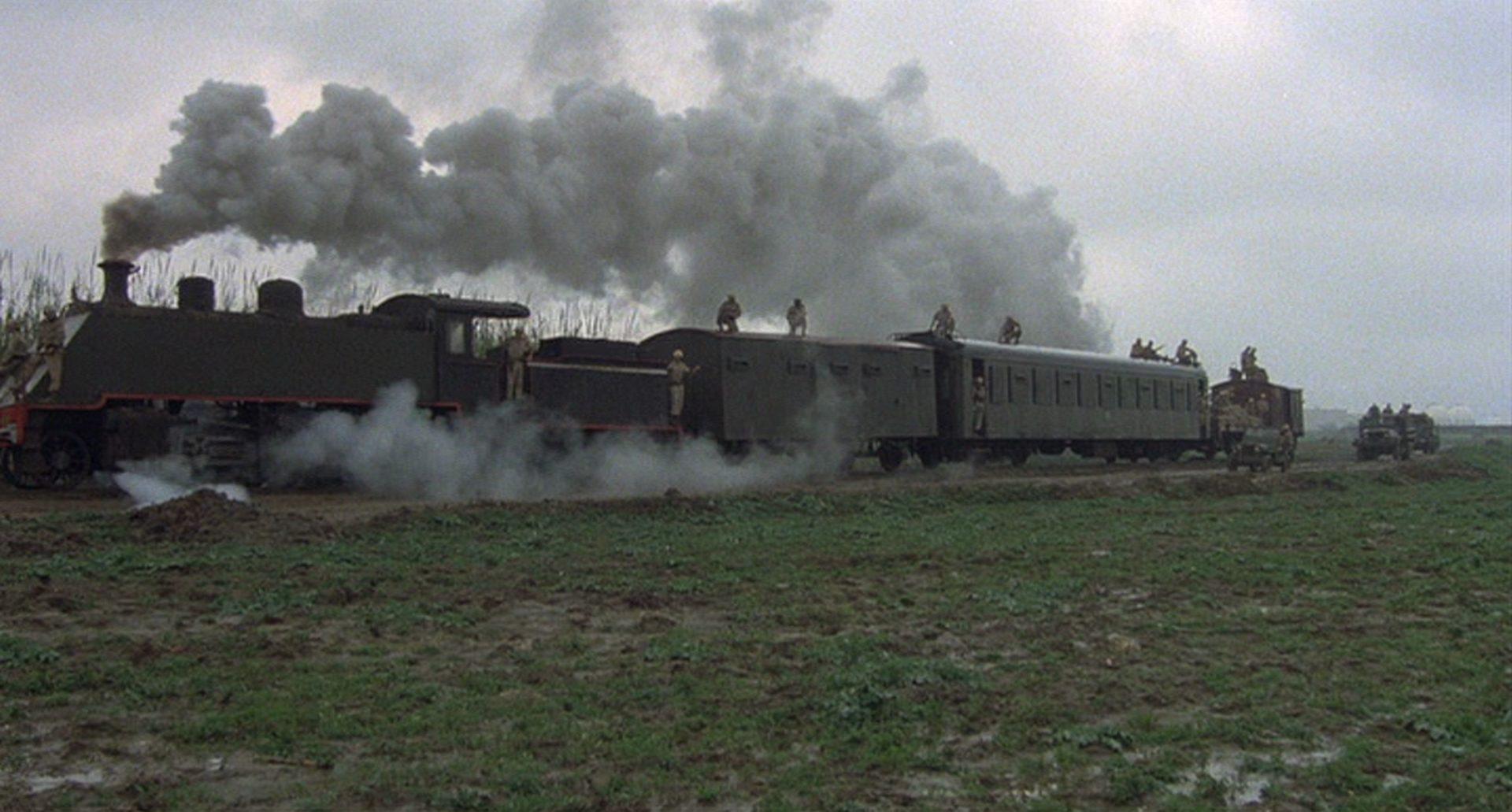 Ein Militärzug, angetrieben von einer Dampflok.