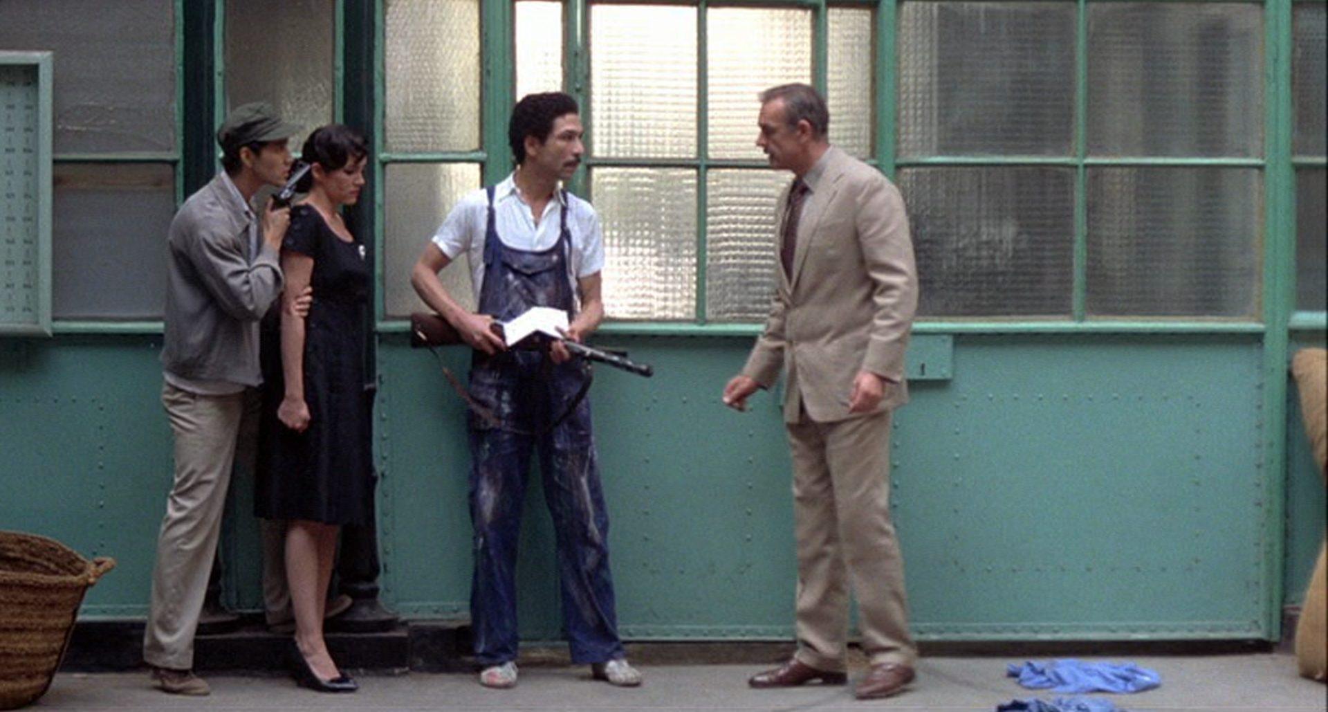Dapes im Gespräch mit zwei Revolutionären, die eine Frau bedrohen.