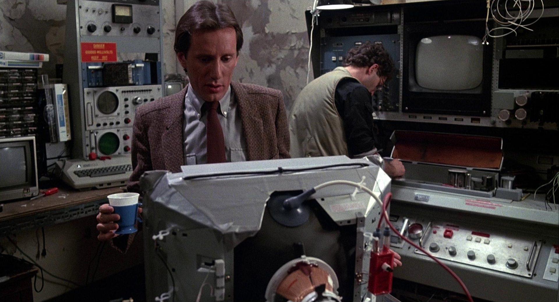 Max Renn und sein Techniker in dessen Arbeitsraum.