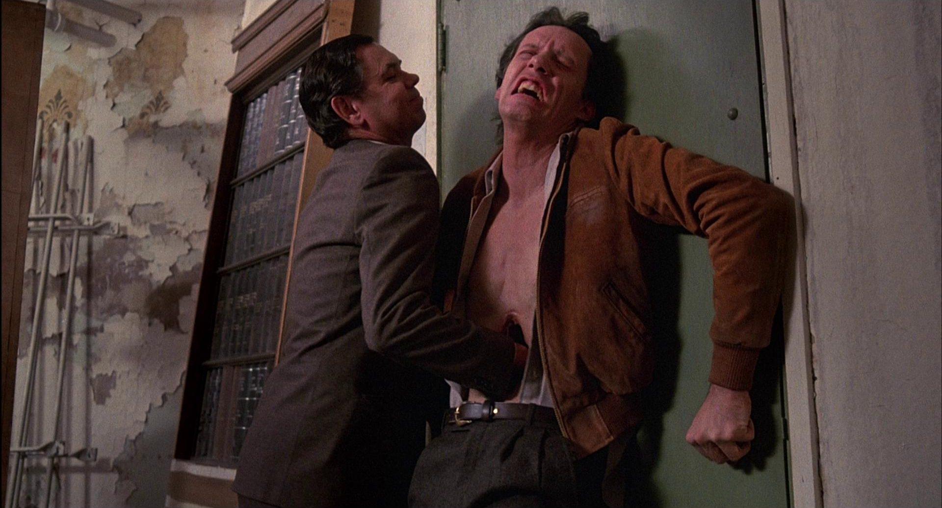 Renn mit schmerzverzerrtem Gesich, als ihm Barry Convex etwas in den Bauch einschiebt.