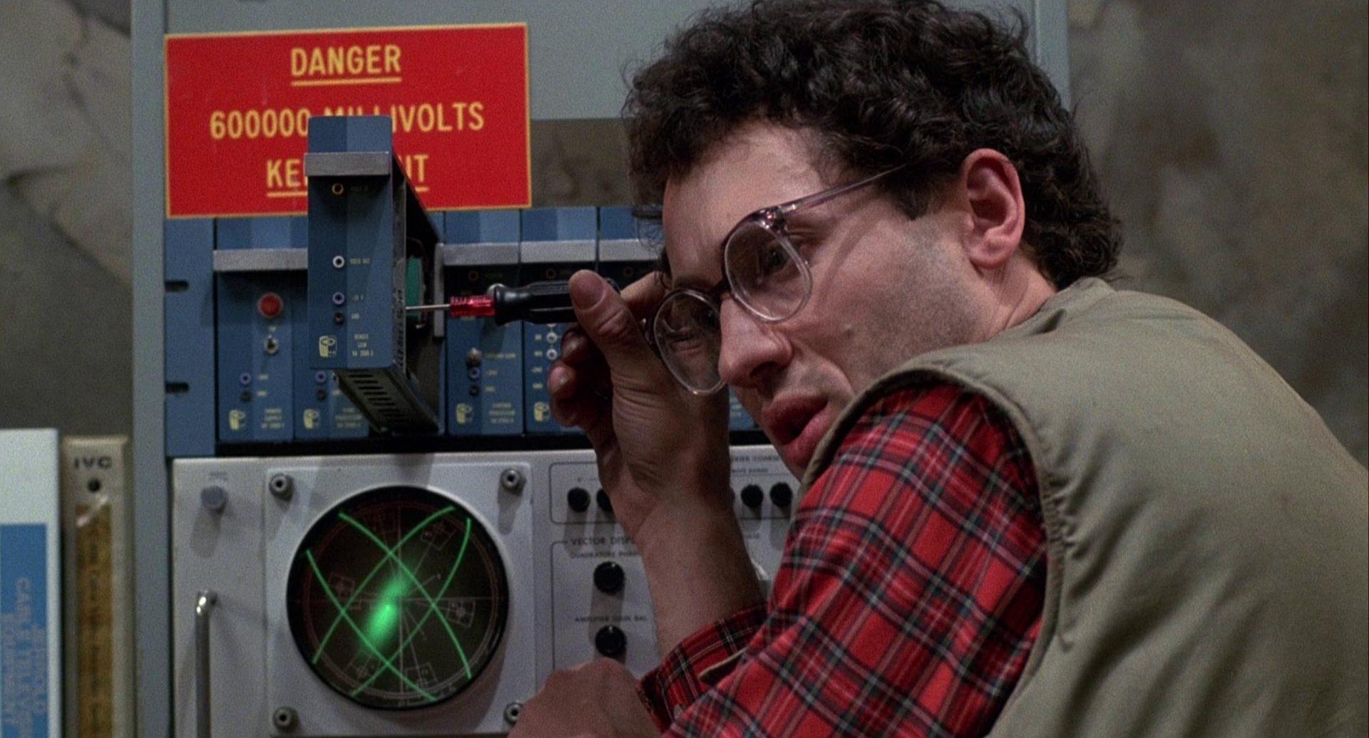 Nahaufnahme von Peter Dvorsky als Harlan bei der Arbeit an einem Apparat.