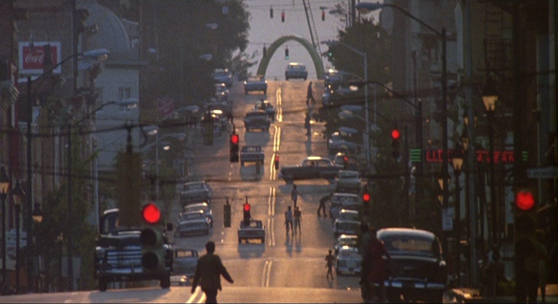 Blick eine innerstädtische Straße hinauf in dämmrigem Licht.