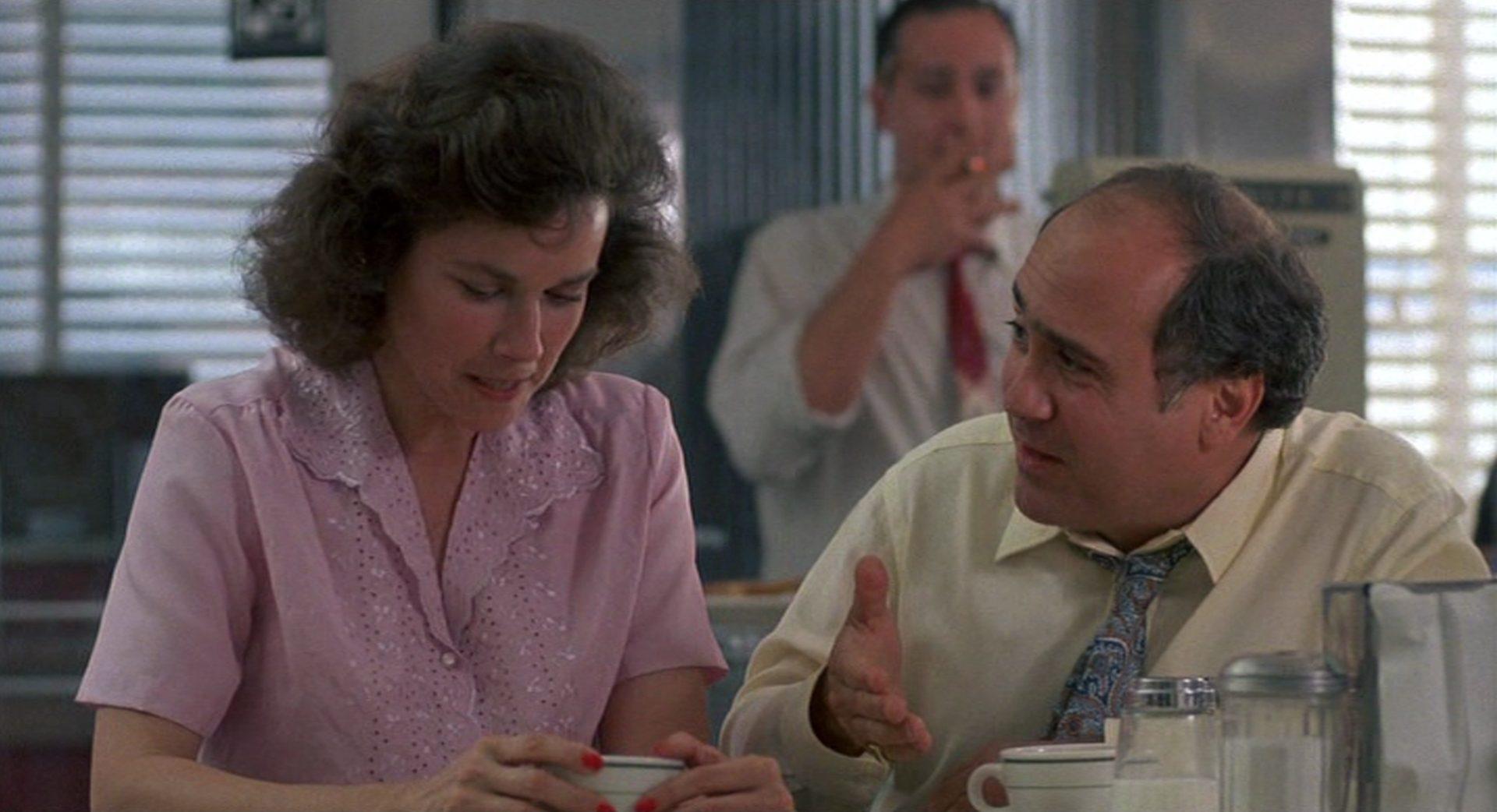 Barbara Hershey und Danny DeVito als Nora und Ernest Tilley im Gespräch.