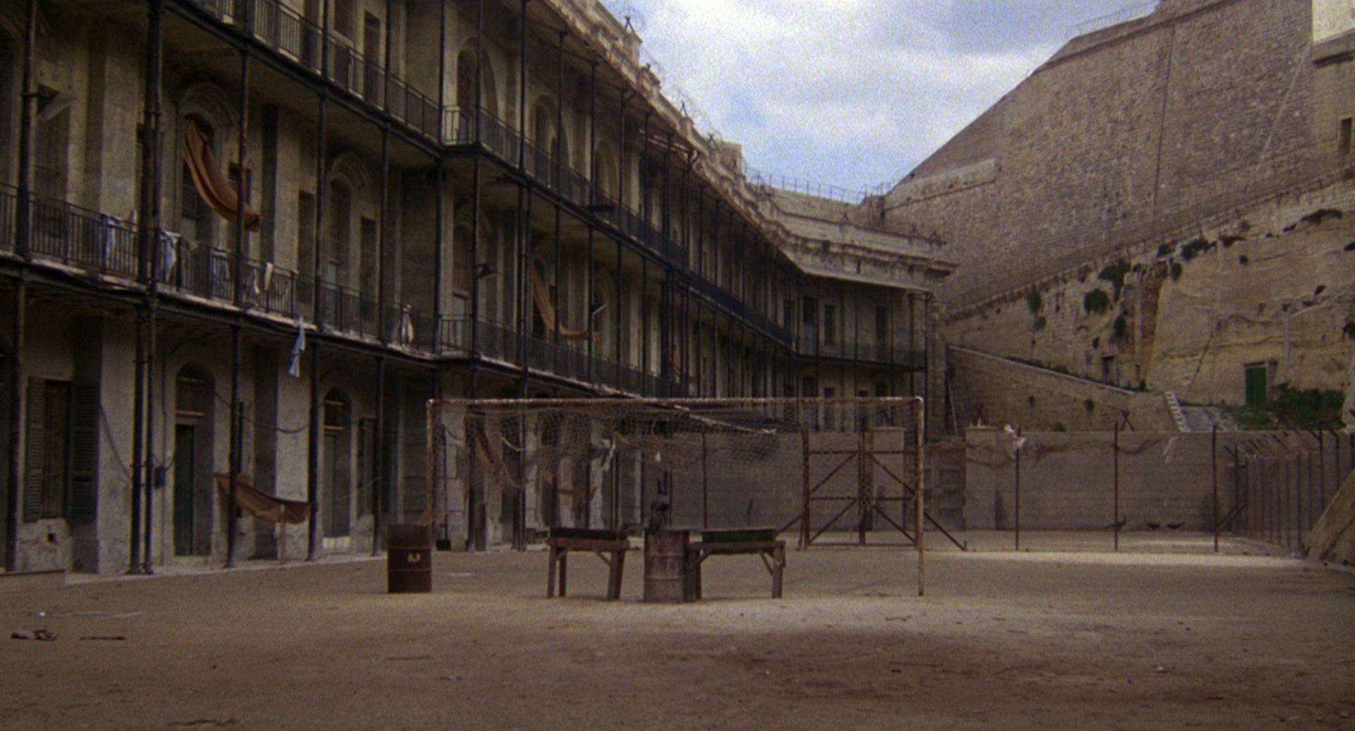 Trostloser Gefängnisinnenhof.