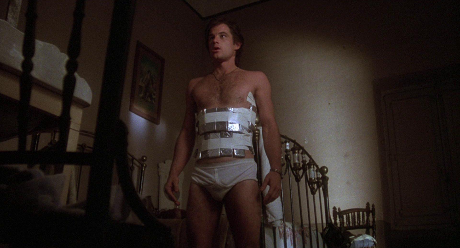 Brad Davis als Billy Hayes mit angelegten Drogenpäckchen in seinem Zimmer.