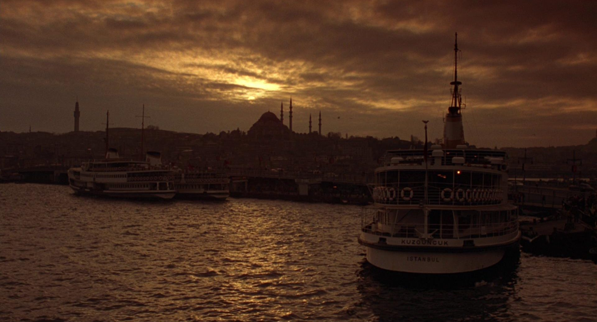 Romantische Aufnahme von Istanbul in der Dämmerung.