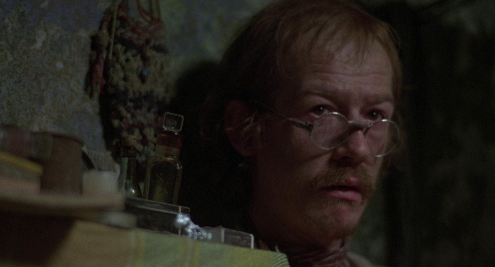 Nahaufnahme von John Hurt als Häftling Max.