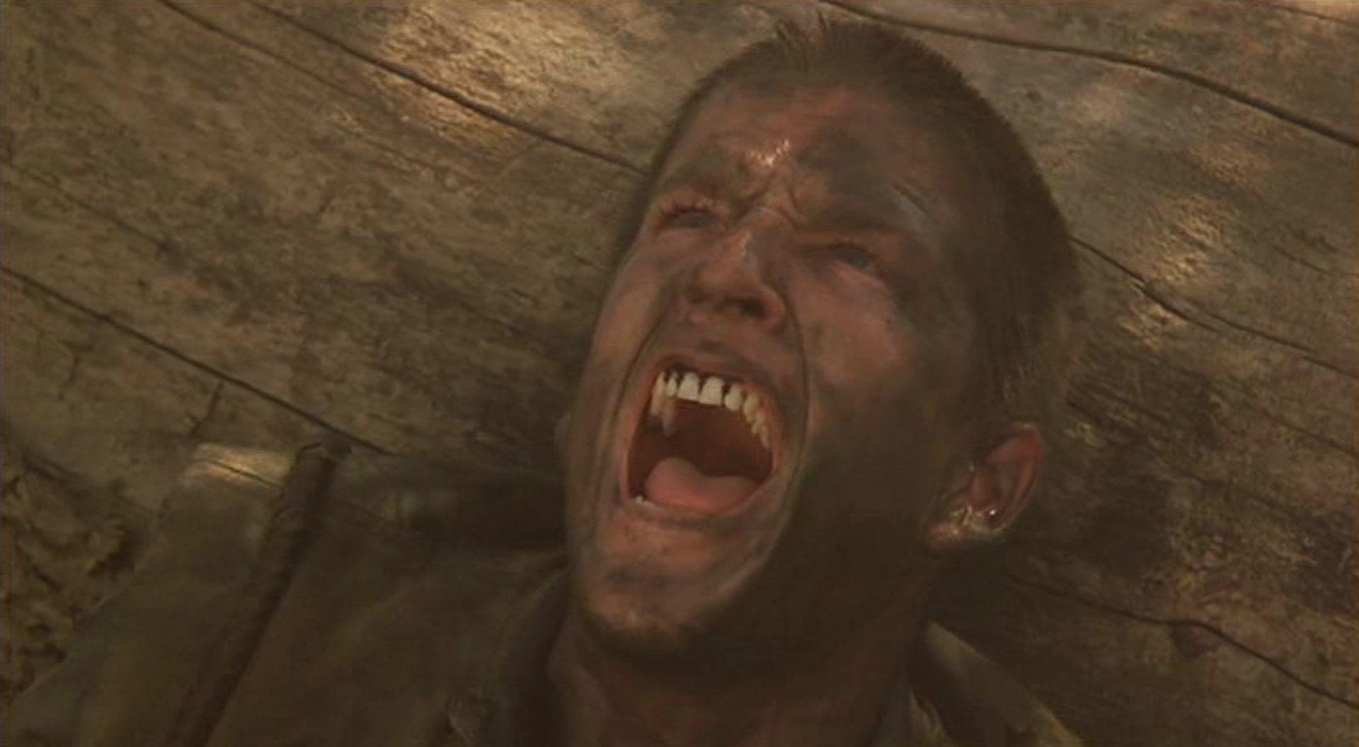 Nahaufnahme von Matthew Modine als Birdy, schreiend im Kriegseinsatz.