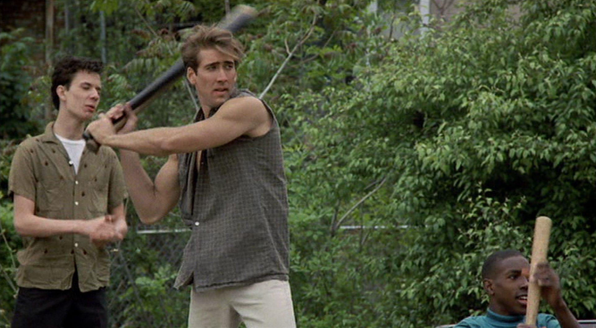 Nicolas Cage als Al Columbato mit Baseballschläger in Freizeitkleidung.