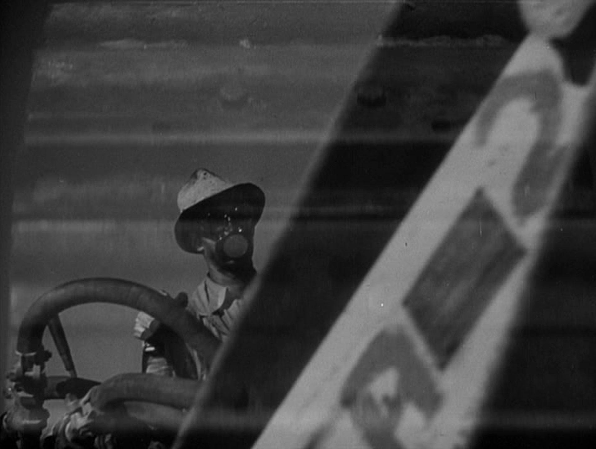 Nahaufnahme eines Bulldozer-Fahrers mit maskiertem Gesicht.