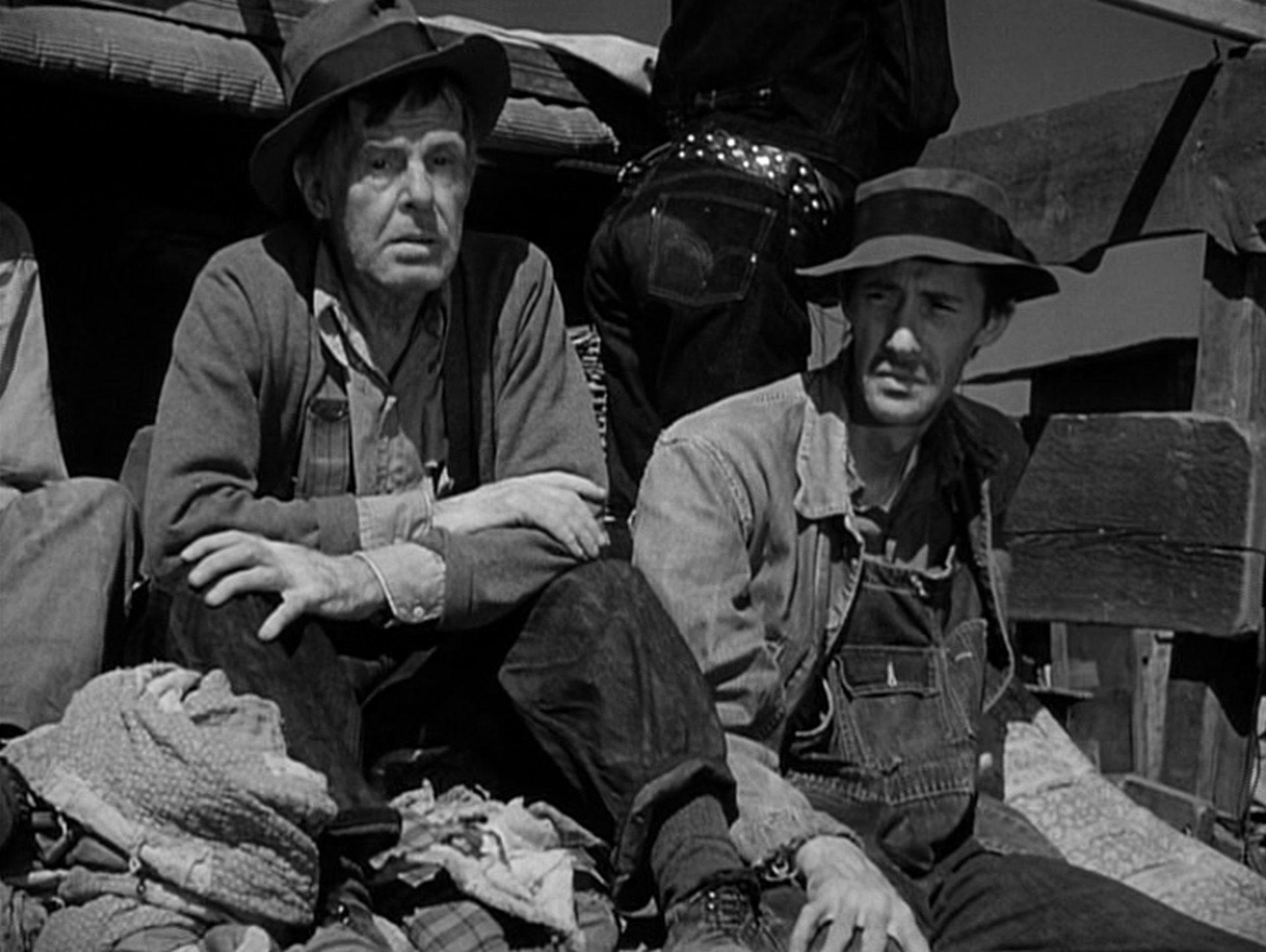 Frank Darien und John Carradine als Mitreisende auf dem Transporter.