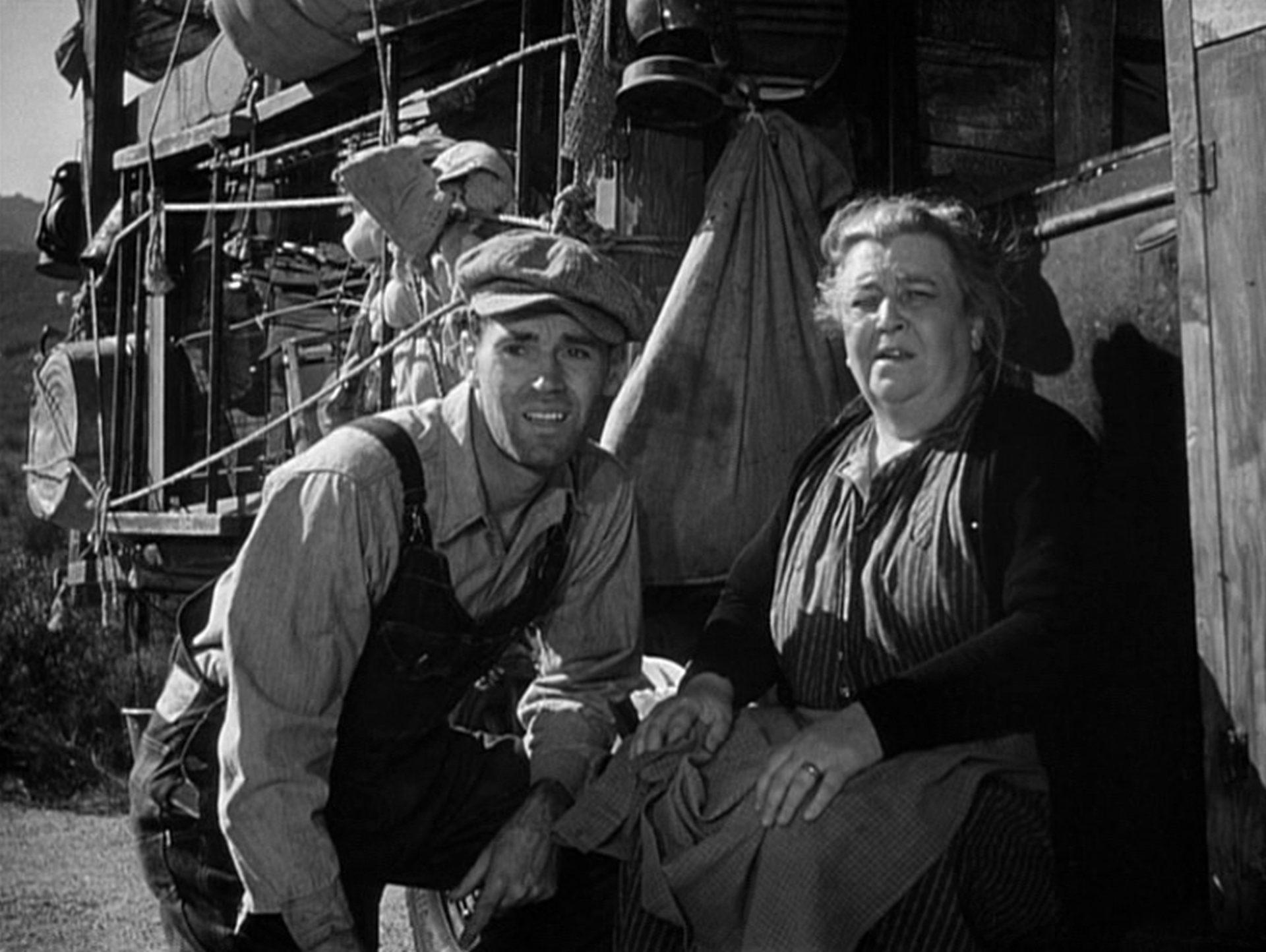 Henry Fonda und Jane Darwell als Tom und Ma Joad vor ihrem Truck.
