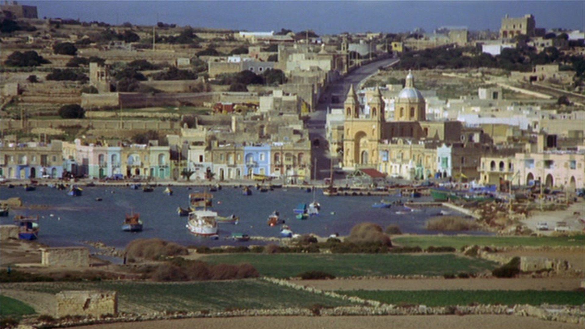 Blick auf einen mediterranen Ort.