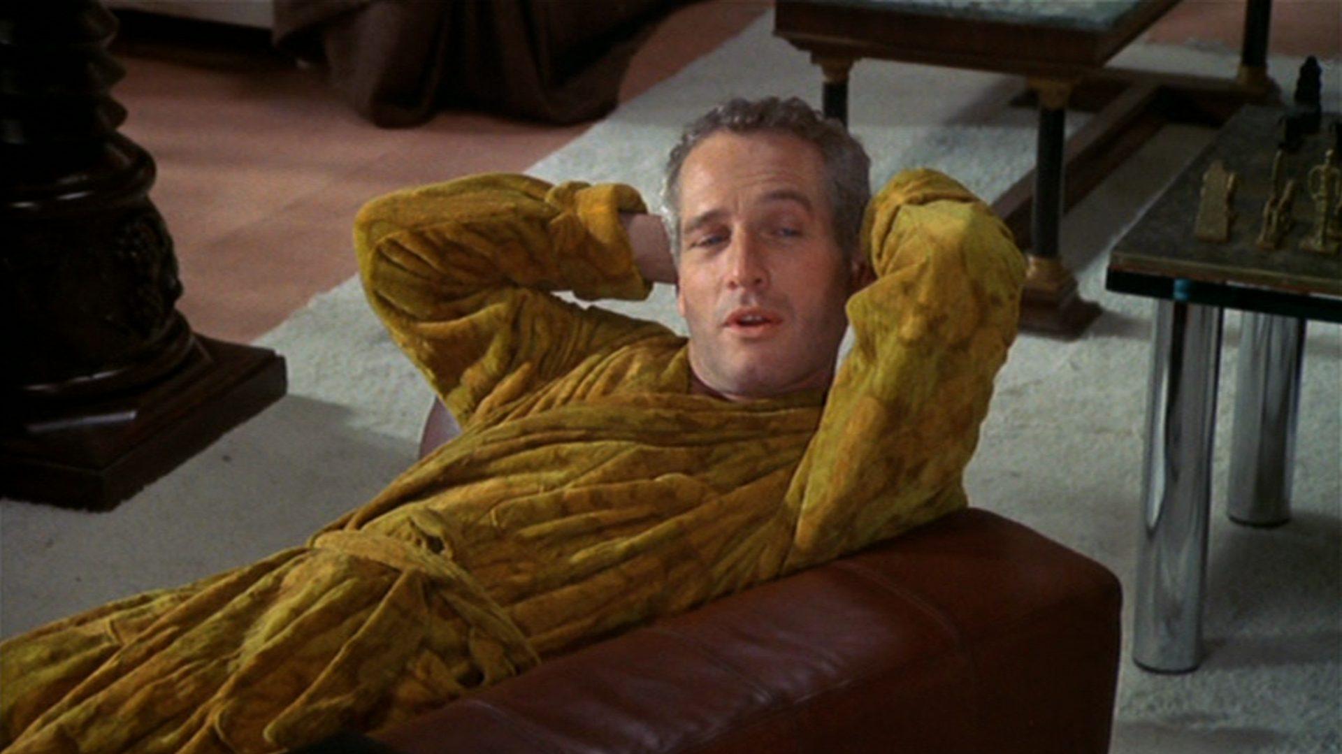 Paul Newman entspannt als Rearden im Bademantel.