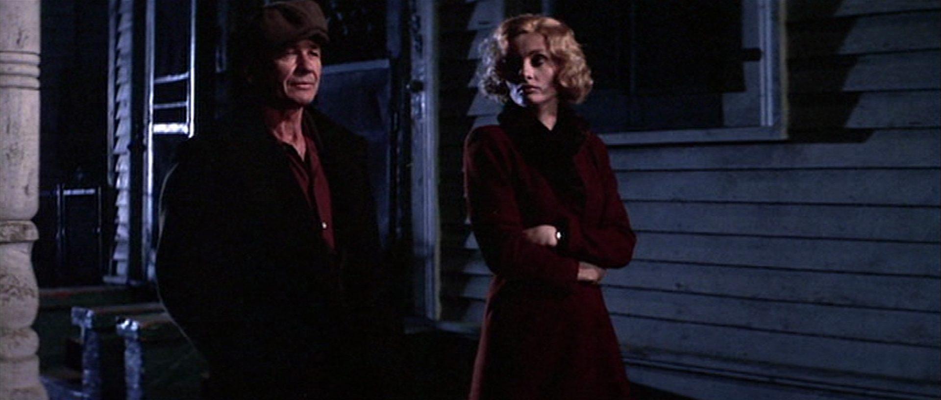 Nachtaufnahme von Charles Bronson und Jill Ireland bei einem Spaziergang.