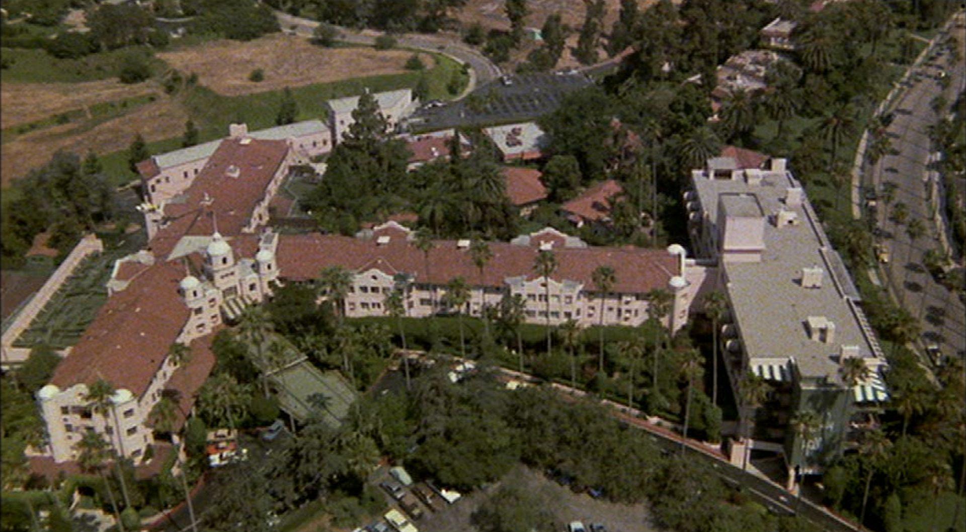 Beverly Hills Hotel aus der Vogelperspektive; der Gebäudekomplex ist von etlichen Palmen umgeben.