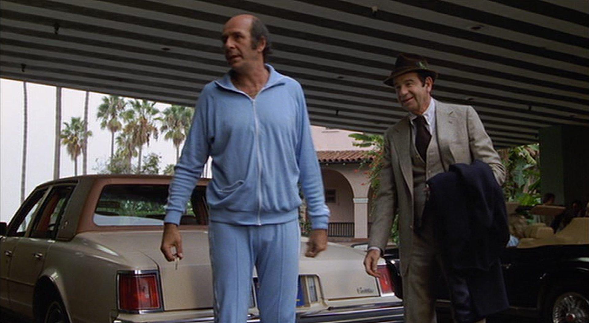 Herb Edelman und Walter Matthau vor dem Hotel.