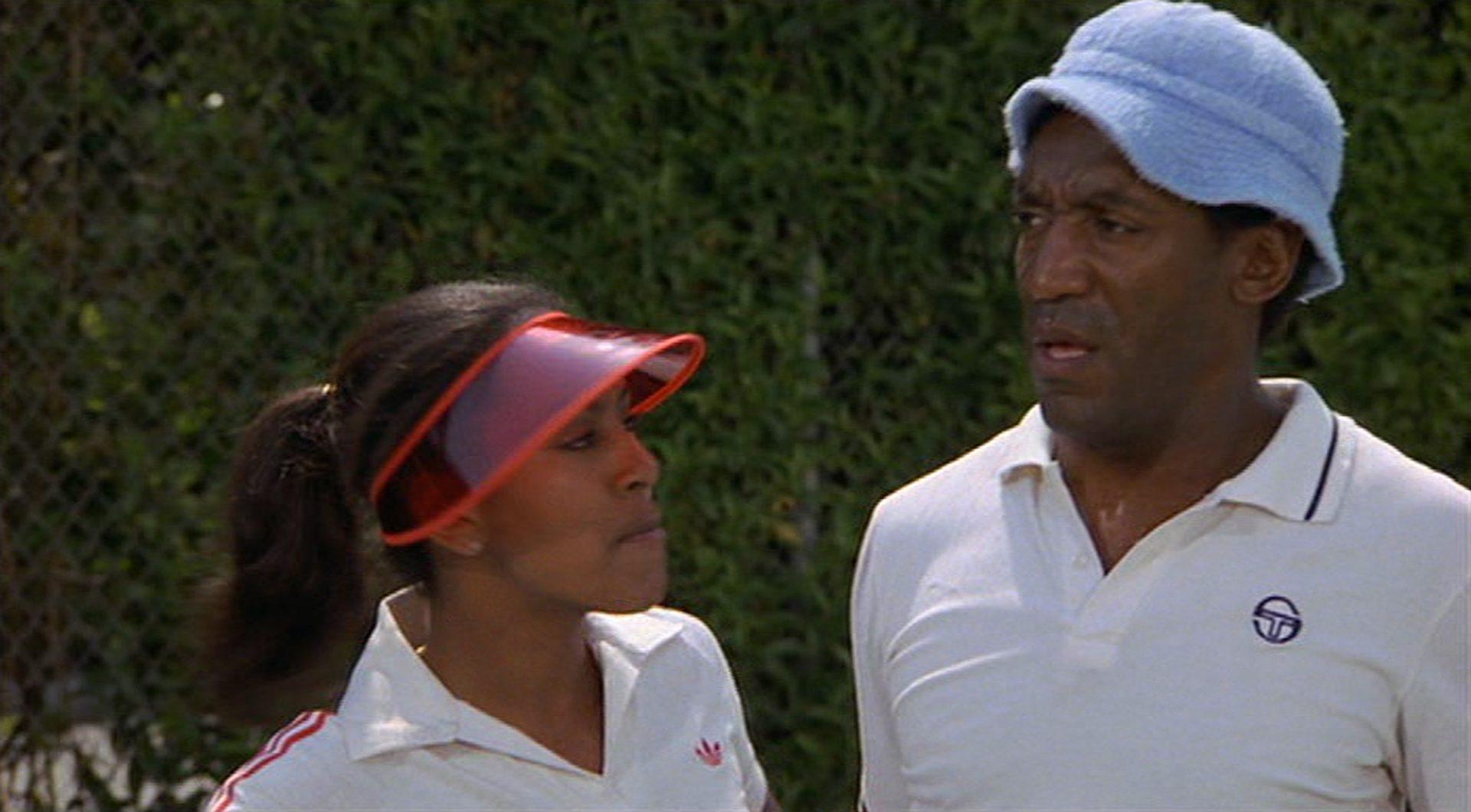 Sheila Frazier und Bill Cosby mit genervten Gesichtern im Tennisdress.