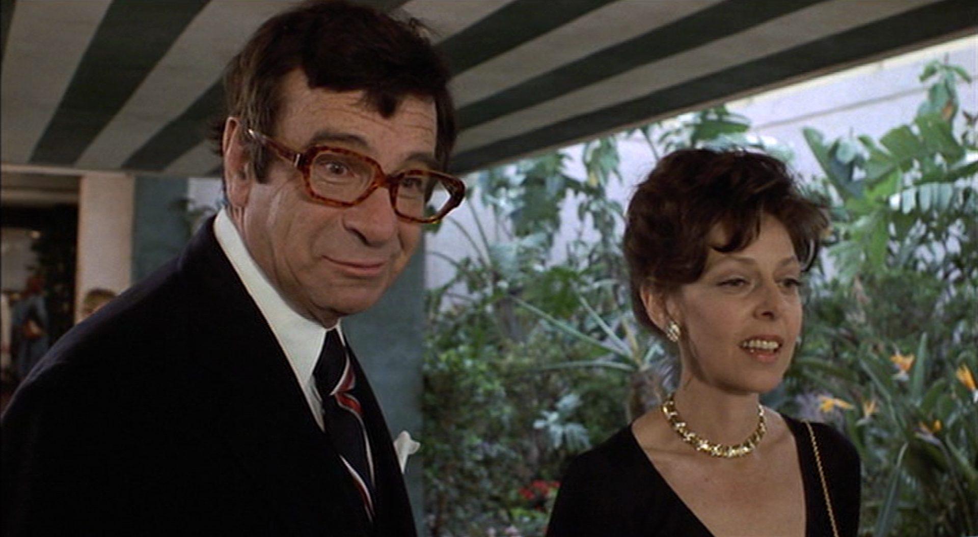 Walter Matthau mit großer Brille, neben ihm Elaine May mit auffälliger Goldkette.